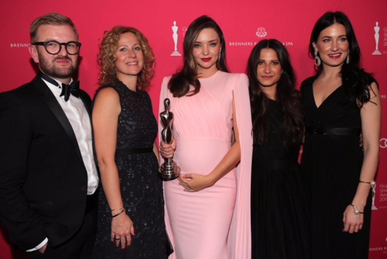 "Nils Hardtke, Caroline Schmitt, Kristina Philipp und Simona Giarolo (alle Douglas) mit ""Beauty Idol"" Miranda Kerr."