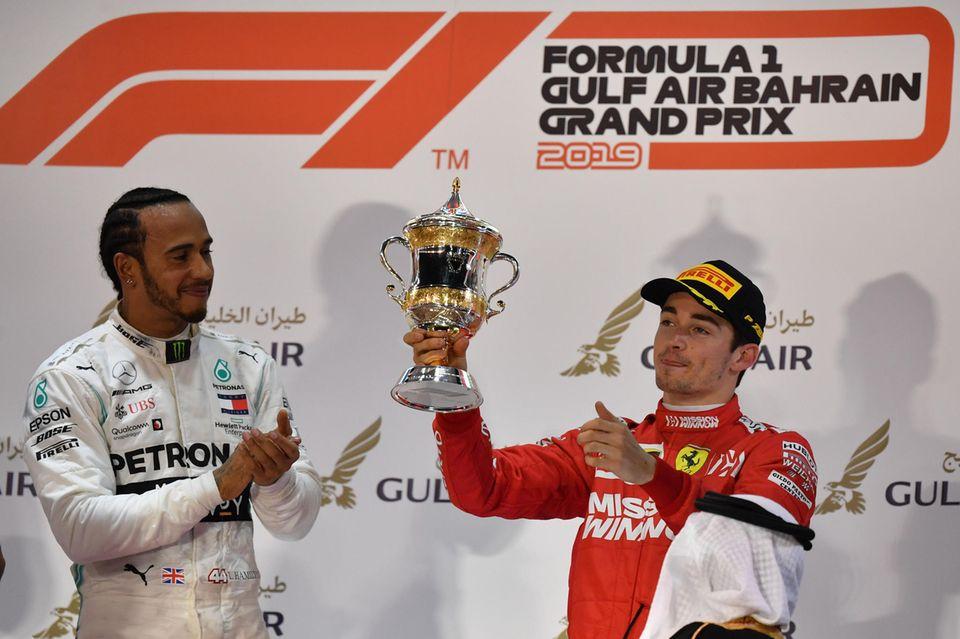 Ausgelassene Stimmung: Lewis Hamilton gewinnt das Rennen in Bahrain, sein Rennfahrer-Kollege Charles Leclerc wird Dritter.