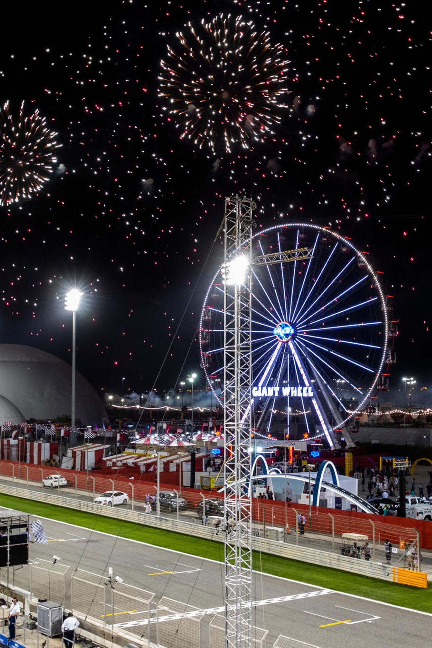 Zum krönenden Abschluss des großen Rennen in Bahrain durften Rennfahrer und Fans einfunkelndes Feuerwerk bestaunen.