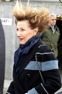 Vom Winde verweht: Königin Sonja von Norwegen lässt sich beim Staatsbesuch in Chile auch von starken Windböen nicht umhauen. Einen lustigen Frisurenschnappschuss gibt's für die Fotografen auch noch.
