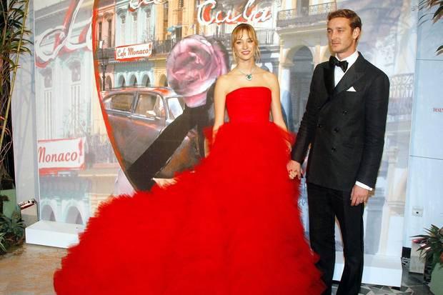 An der Seite ihres Liebsten, Pierre Casiraghi, gelingt Beatrice Borromeo der Wow-Auftritt auf dem Rosenball 2016. Das Kleid stammt direkt vom Catwalk und entspringt der Feder von Giambattista Vallis - jenem Designer, der bereits das Hochzeitskleid von Amal Clooney sowie andere Red-Carpet-Roben vieler Stars entwarf.