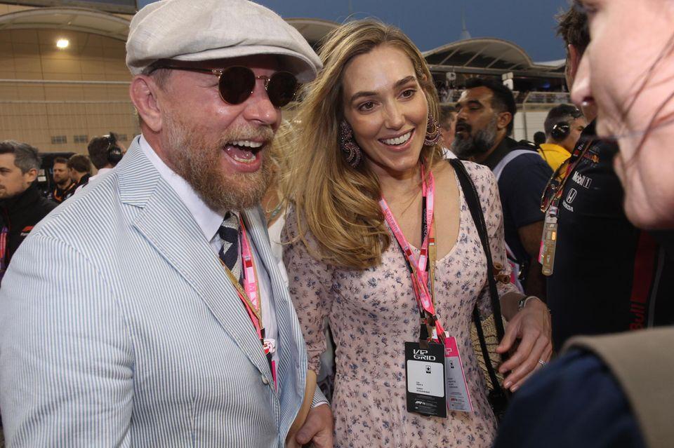 Sichtlich Spaß hat auch Filmemacher Guy Ritchie. Zusammen mit seiner EhefrauJacqui Ainsley schaut er sich das aufregende Rennen an.