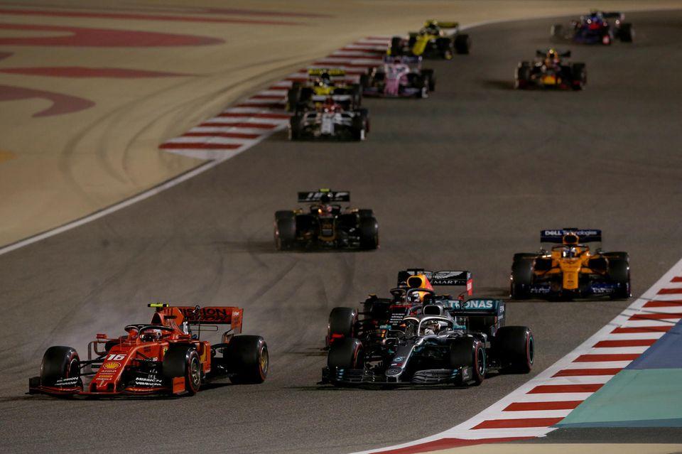 Für Lewis Hamilton läuft es gut: Er setzt sich gegen seine Konkurrenten durch und gewinnt den Preis von Bahrain.