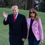 Nach einem Termin spazieren Melania und Donald Trump ganz entspannt vom Helikopter über die Wiesen zum Weißen Haus. Die First Lady trägt dabei ein ganz legeres Outfit: Ballerinas, Jeans und einen fliederfarbenen Blazer. So unkonventionell sieht man Melania selten.