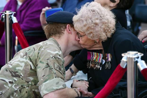 Als sie sich 2015 in Sydney das erste Mal treffen, drückt Daphne Dunne Prinz Harry einen Kuss auf die Wange.