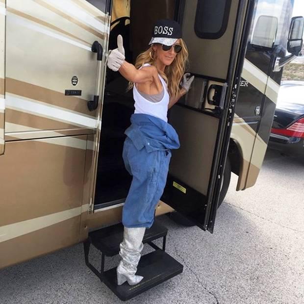 Blaumann mal anders: Sängerin Céline Dion zeigt sich auf Instagram im Bauarbeiter-Outfit. Doch die Fashionista weiß selbst dieses Kleidungsstück glamourös zu kombinieren. Sie trägt Glitzer-Stiefel, Glitzer-Cap und ein enges Tanktop.