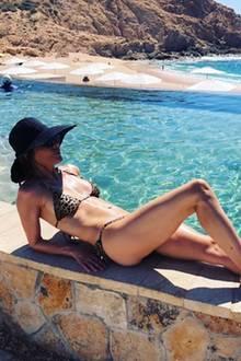 Uh la la! In einem knappen Leo-Bikini und mit großem Hut sonnt sich TV-Star Lisa Rinna vor traumhafter Kulisse. Klar, dass Ehemann Harry Hamlin diesen Moment festhalten möchte und seine 55-jährige Frau fotografiert.