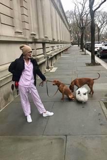 In diesem Look dürfte Olympia von Griechenland tatsächlich unerkannt bleiben. In einem rosa Pyjama, mit Mütze und Hunden spaziert sie durch London.
