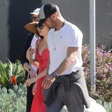 "2. April 2019  Ohne Schuhe, dafür aber mit Hutbedeckung und großer Sonnenbrille: Schauspielerin Dakota Johnson und ""Coldplay""-Frontman Chris Martin flanieren durch Malibu, Los Angeles."