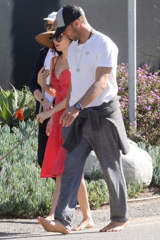 """2. April 2019  Ohne Schuhe, dafür aber mit Hutbedeckung und großer Sonnenbrille: Schauspielerin Dakota Johnson und """"Coldplay""""-FrontmanChris Martin flanieren durch Malibu, Los Angeles."""
