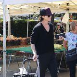 Schauspielerin Charlize Theron schafft ihnimmer wieder:Den Spagat zwischen roten Teppichen und dem Alltag einer Zweifach-Mama. Beim Einkaufen auf einem Wochenmarkt in Los Angeles zusammen mit ihren beiden Kindern zeigtsich die 43-Jährige in legerer Kleidung und tiefsitzender Kappe.