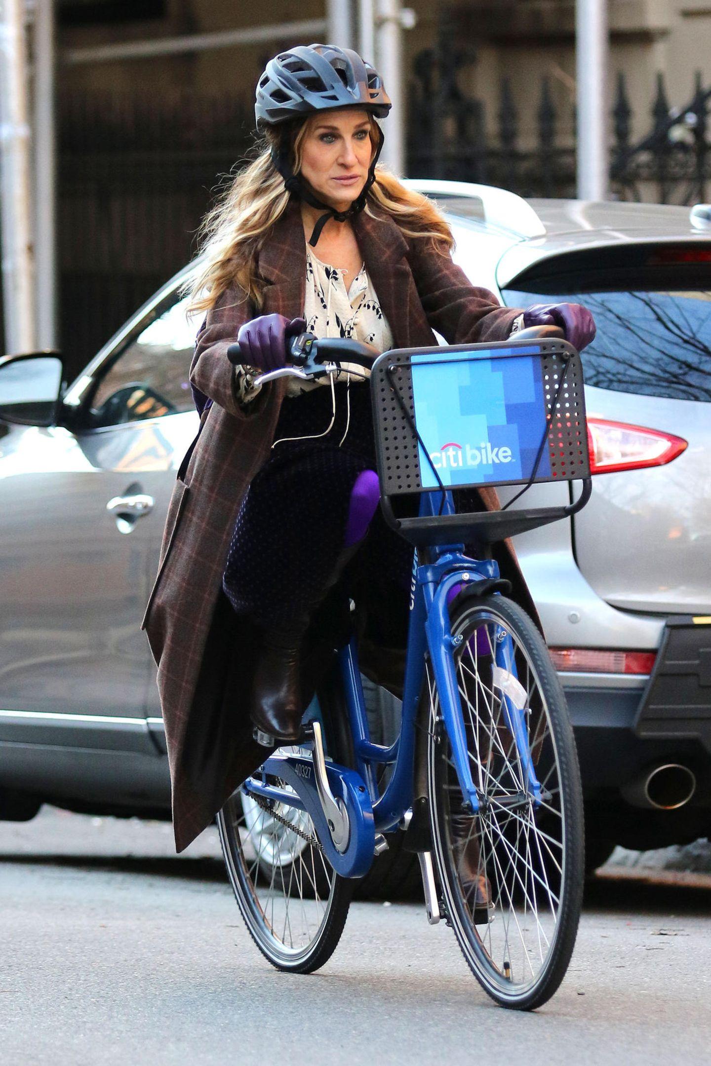 """Sarah Jessica Parker steigt für den Filmdreh von """"Divorce"""" auf ein New Yorker City-Bike. Und ganz vorbildlich trägt sie dabei sogar einen"""
