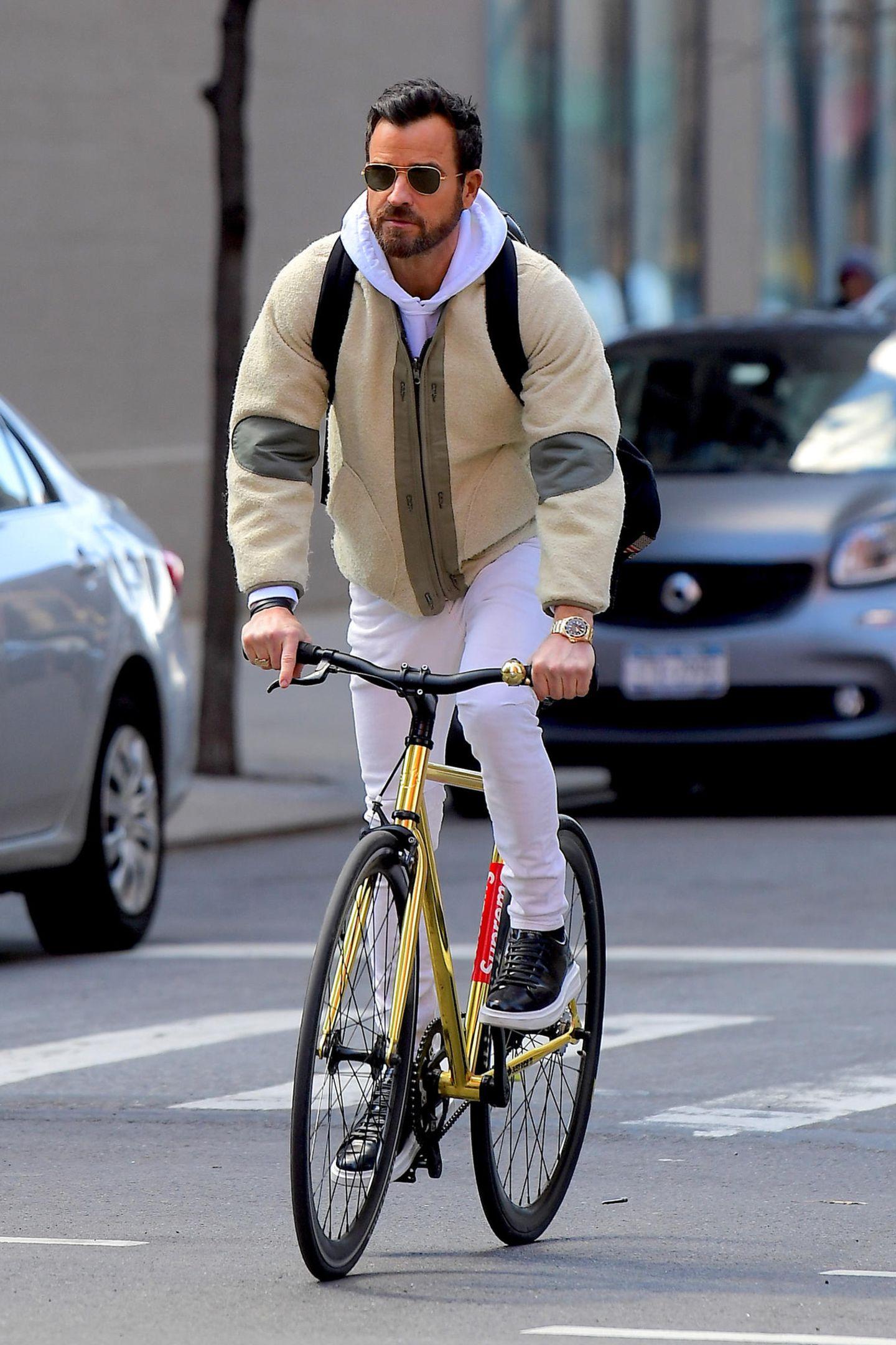 Die Straßen von New York sind verstopft mit Autos, Justin Theroux macht es genau richtig und nimmt das Fahrrad, um von A nach B zu kommen. Nur einen Helm sollte er sich und seiner Sicherheit unbedingt noch gönnen.