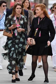 Bei diesem Anblick staunt sogar Mutter Sarah Ferguson! Prinzessin Beatrice besuchte am Wochenende den Großen Preis vonBahrain. Dabei baumelte ein echtes Schnäppchen an ihrem Handgelenk: Die Korbtasche ist von Zara und kostet nur 47 Euro. Kein Wunder also, dass Fergie sie so erstaunt anschaut – wer hätte das schon gedacht?