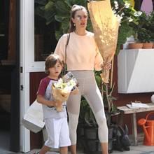 Passend zum Frühlingsanfang ziehen gleich zwei hübsche Blumen-Sträuße ins Hause Ambrosio ein: Für Söhnchen Noah gibt es den kleinen,Model-Mama Alessandra trägt den großen Strauß.