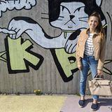 Cathy Hummels genießt die Frühlingssonne und schlendert im entspannten Luxus-Outfit durch die Gegend. Zum gestreiften T-Shirt, Wildlederjacke und bequemer Jeans kombiniert sie Espadrilles von Chanel und eine beige Tasche von Hermés.