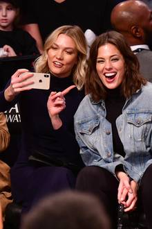 "Ganz nach dem Motto ""Girls just wanna have fun"" albern die Topmodels Karlie Kloss und Ashley Graham auf den Zuschauerbänken eines Basketball-Spiels der Brooklyn Nets in New York City herum. Ein paar Erinnerungs-Schnappschüsse dürfen bei solch einer ausgelassenen Stimmung natürlich nicht fehlen."