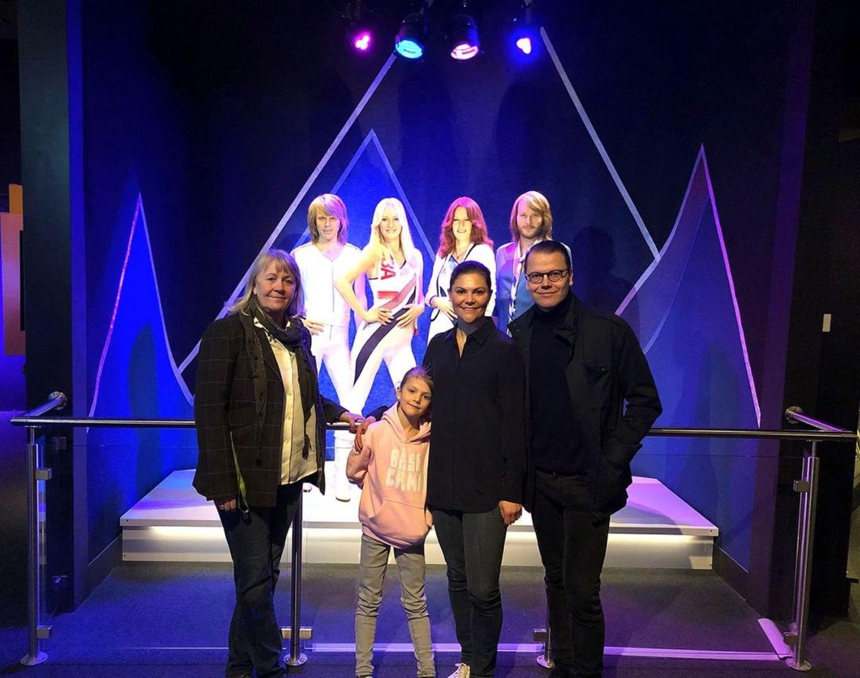 """2. April 2019  Herrlich normal zeigt sich die schwedische Königsfamilie beim Besuch im """"ABBA""""-Museum in Stockholm. In legerer Kleidung posieren Prinzessin Estelle, Prinzessin Victoria und Prinz Daniel zusammen mit der Museums-Direktorin für ein Instagram-Foto."""