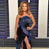 """In 2019 tritt Jennifer Lopez mehr als nur glamourös auf. Bei derOscars-Party der """"Vanity Fair"""" trägt sie das wohl schönste und edelste Outfit des Abends."""