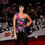 Kitsch, kitschiger, Katy! 2009 - als sie gerade ihren großen Durchbruch feiert - ist Katy Perry nicht nur die neue Queen of Pop, sondern auch die der schrillen Looks. Hello Kitty hier, Neonpink dort - vor nichts schreckt die Sängerin zurück.
