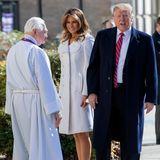 Als First Lady kommen extreme Dekolletés nicht mehr in Frage. Stattdessen kleidet sich Melania Trump nun viel hochgeschlossener, ja fast schon unschuldig.