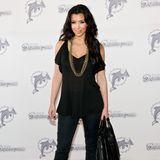 Kim Kardashian wirkt in 2009 noch etwas unbeholfen. Um nichts falsch zu machen, greift sie lieber zu einem schlichten, schwarzen Look. Einzig und allein ihre Kette verrät, dass sie auf Bling steht.