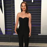 Die gleiche Party besucht Natalie Portman zehn Jahre später erneut. Doch dieses Mal sieht sie komplett verwandelt aus. Das pinke Kleidchen hat sie gegen einen schwarzen Jumpsuit eingetauscht. Jetzt wirkt sie wie eine wahre Lady.