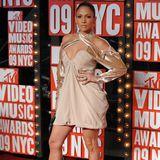 """Als sie noch """"Jenny from the block"""" ist, ist Jennifer Lopez' Style ein Mix aus Hip-Hop und Eleganz."""