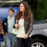 Zwei Jahre bevor Kate Middleton zu Herzogin Catherine wird, ist sie total leger unterwegs. Die Töne sind gedeckt, der Look ist casual.