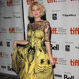 Mehr als nur ausgeflippt ist Drew Barrymore in 2009 unterwegs. Zu ihren schrillen Kleidern lässt sie sich zusätzlich die Haare färben. Der Ansatz wird dabei hellblond, die Spitzen schwarz.