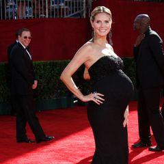 Hochschwanger kommt Heidi Klum in 2009 zu den Emmy Awards. Ihren Babybauch betont sie in einem schlichten schwarzen Kleid mit weiter Mermaid-Linie. Wenig später kommt Töchterchen Lou zur Welt.