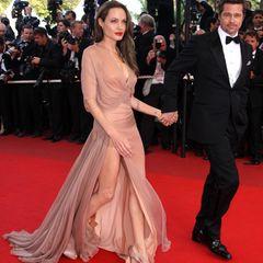 Auf dem roten Teppich in Cannes setzt Angelina Jolie in 2009 auf jede Menge Sex-Appeal. Sie liebt damals extrem hohe Beinschlitze, die wirklich gefährlich heiß sind.