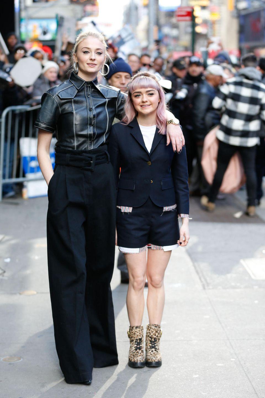 """Hätten Sie gedacht, dass die Schauspielerinnen Sophie Turner und Maisie Williams ganze 20 Zentimeter Körpergröße unterscheiden? Uns ist es erst im direkten Vergleich bei einem Event in New York aufgefallen. Doch trotz eines enormen Größenunterschieds, haben die hübschen Britinnen auch eine großartige Gemeinsamkeit: Sie sindbeide in der Erfolgsserie """"Game of Thrones"""" zu sehen."""