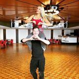 Vor der Live-Show ist nach der Live-Show: Das gilt auch für Dschungelkönigin Evelyn Burdecki und ihrem Profi-TanzpartnerEvgeny Vinokurov. Er scheint die hübsche Blondine gut im Griff zu haben, oder ist es vielleicht doch Evelyn, die heimlich im Hintergrund die Strippen zieht?