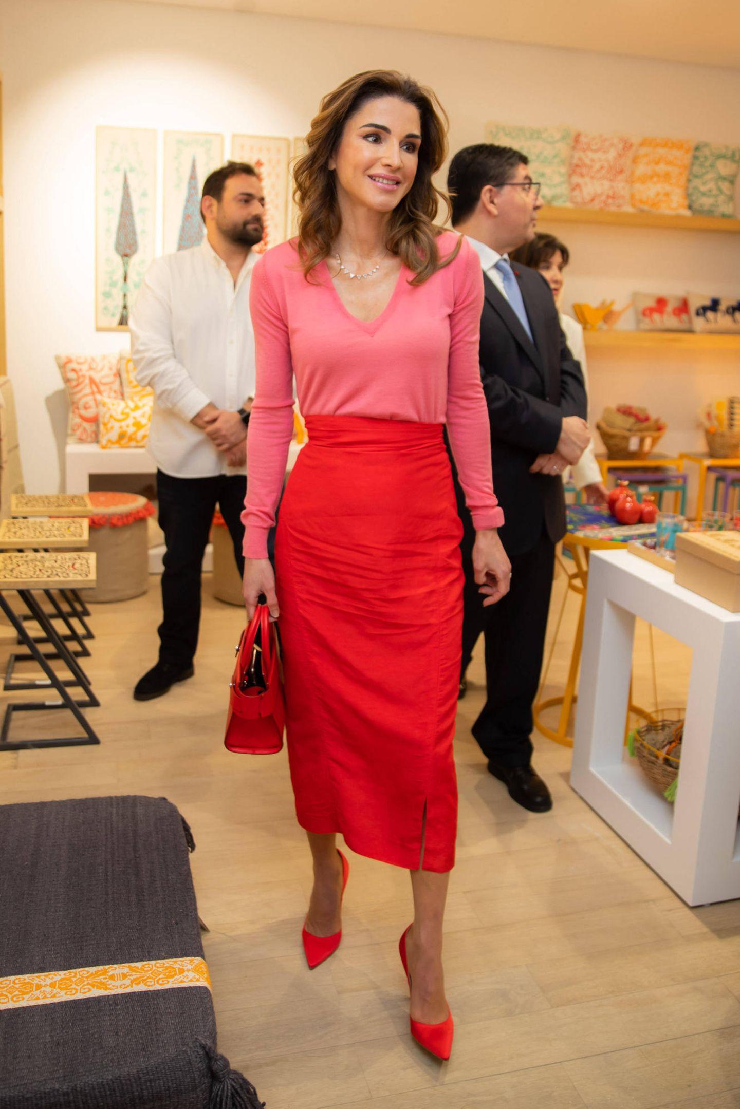 Königin Rania von Jordanien ist nicht nur eine Fashionista, sie hat ganz offensichtlich auch Mut zur Farbe. Die Kombination aus rotem Bleistiftrock und zartem V-Neck-Pullover in Rosé ist ein toller Hingucker und steht ihr perfekt.
