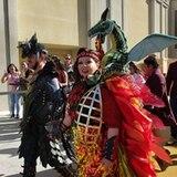 """3. April 2019  Schauspielerin Melissa McCarthy überrascht zusammen mit ihrem Ehemann Ben Falconeihre Fans in einem außergewöhnlichen Outfit: Mit einem Miniatur-Drachen auf dem Rücken und ein Kleid mit Flammen-Applikationen erscheint sie auf der """"CinemaCon"""" in Las Vegas."""