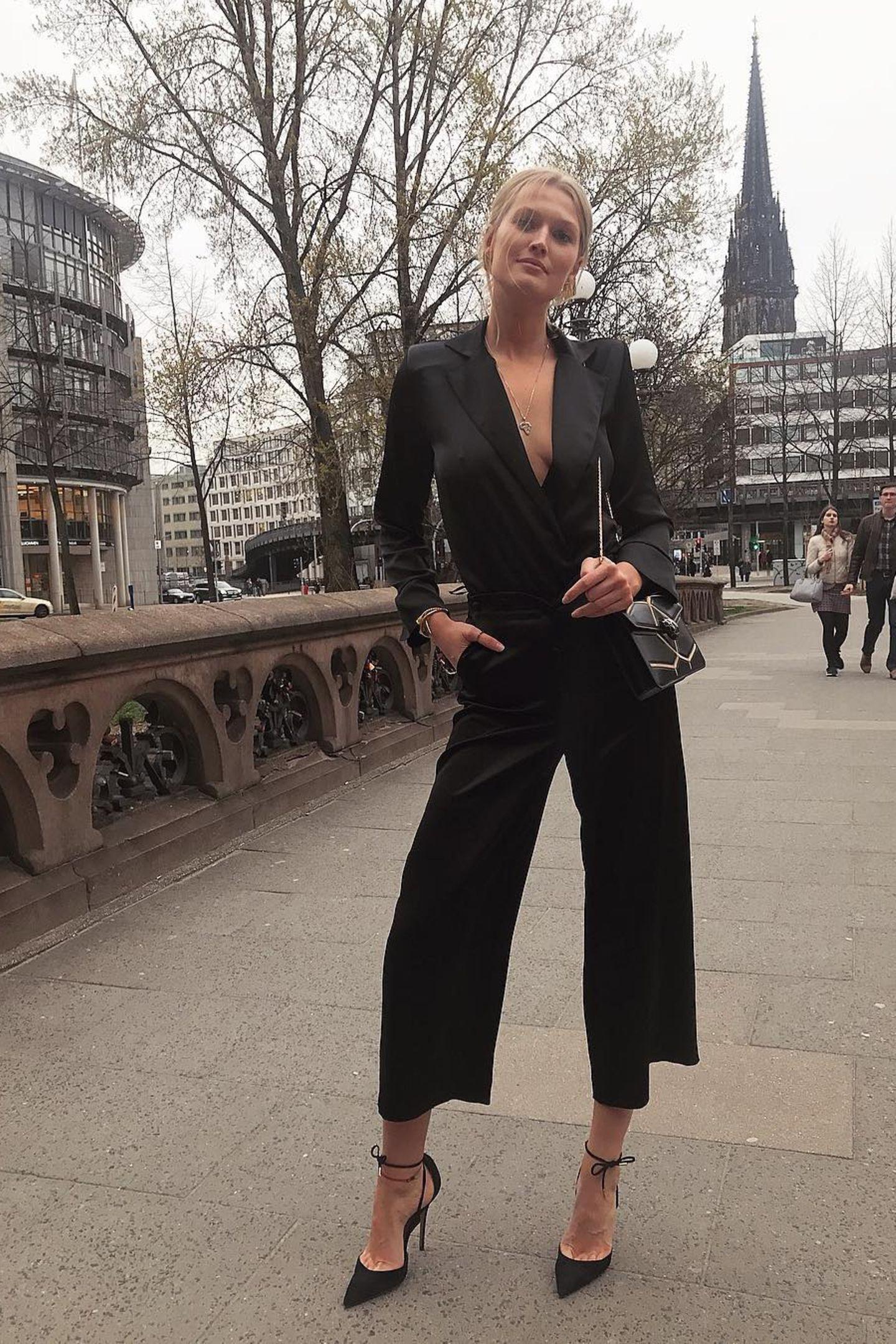Topmodel Toni Garrn ist in ihrer Heimat Hamburg unterwegs, aber ist dieses Outfit nicht zu sexy für die Hansestadt? So einen heißen Besuch sind die unterkühlten Nordlichter gar nicht gewöhnt.