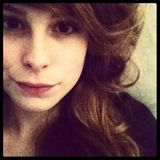 """Lena Meyer-Landrut  Mit tiefsitzendem Pony und leichter Schnute tritt Sängerin Lena Meyer-Landrut am 6. Mai 2012 Instagram bei. Mit der Bildunterschrift """"TV Abend"""" gibt es für das Bild damals 7.585 Likes."""