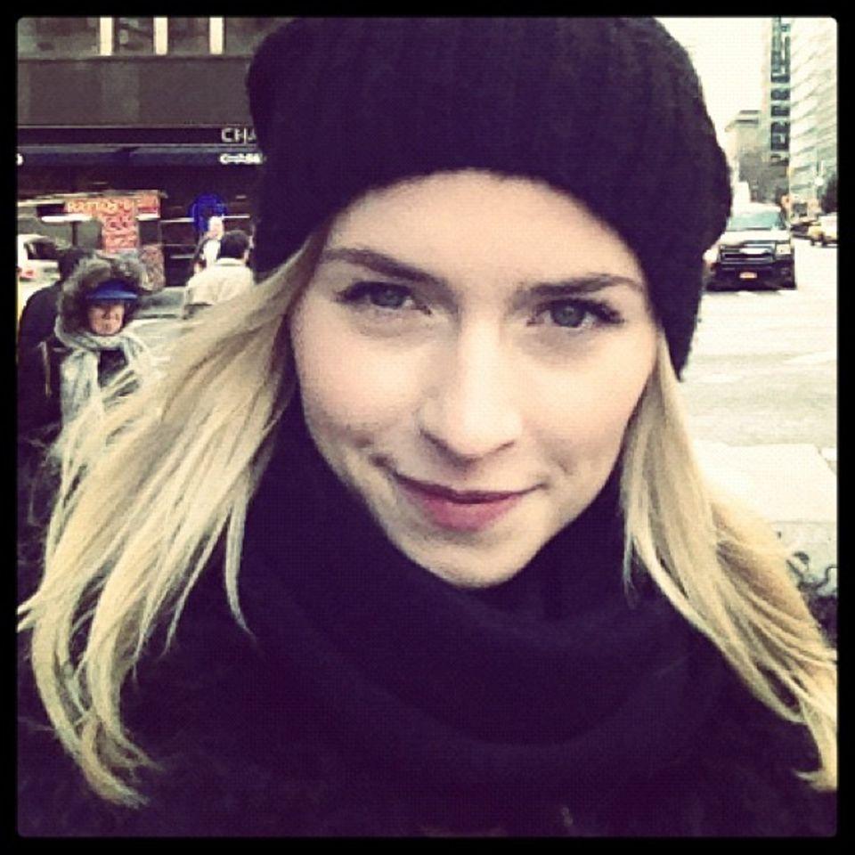 """Lena Gercke  Mit den Worten """"Willkommen Leute! Das ist mein neues Instagram-Profil"""" tritt das Model Lena Gercke am 11. Dezember 2012 der Plattform bei. Damals noch verpixelt und mit Schal und Mütze, verzaubert Lenaheute ihre Follower mit Bikini-Fotos an den schönsten Orten der Welt."""