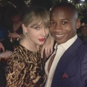 Eric Underwood, ein Bekannter von Taylor Swift, postet dieses Foto auf Instagram. Zuerst nichts ungewöhnliches, doch dann fällt der Blick auf Taylors Ring: Was bedeutet denn JA? Was sich zunächst wie ein Lebensmotto anhört, sind in Wahrheit die Initialen ihres PartnersJoe Alwyn. Was für eine schmucke Liebeserklärung!