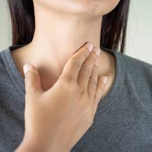 Einseitige Halsschmerzen können verschiedene Ursachen haben.