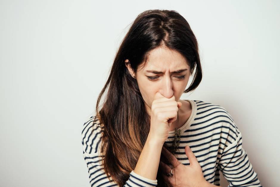 Schmerzen beim Husten sind unangenehm, dahinter können unterschiedliche Ursachen stecken.