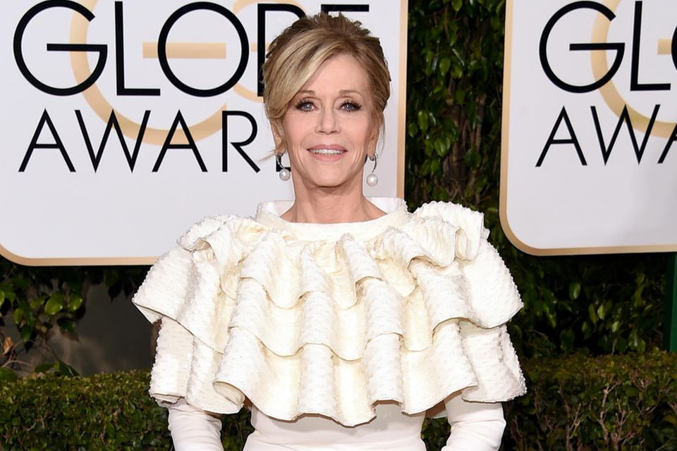 Zu den Golden Globes 2016 erscheint Jane Fonda in einem Kleid, das die Spurenihrer Brustentfernung verdeckt.