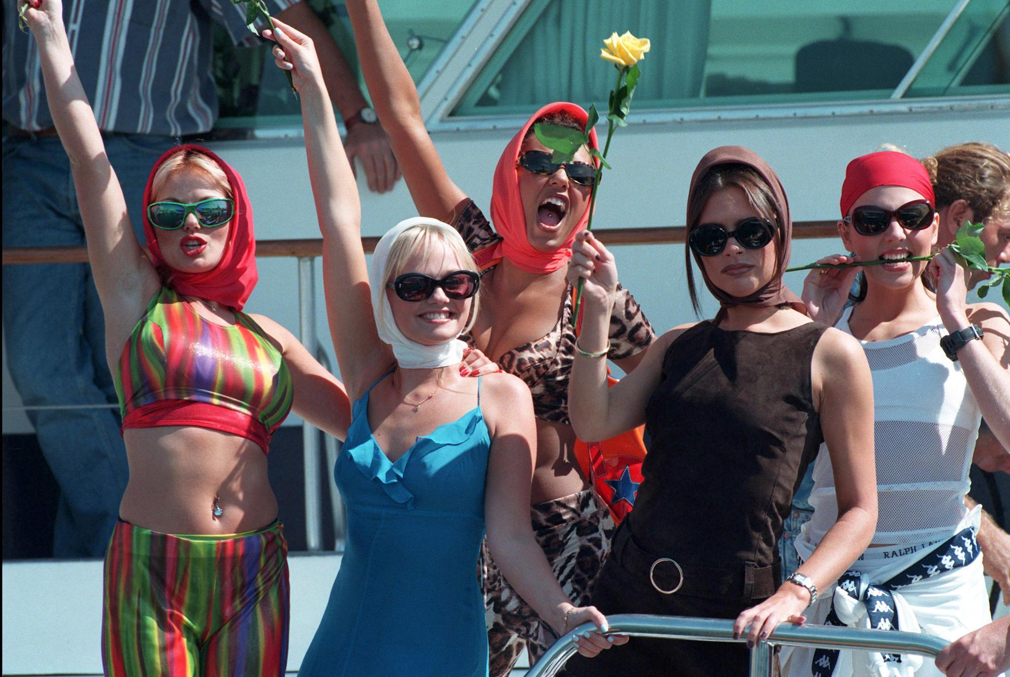 """""""Achtung, Welt, jetzt kommen wir!"""", scheinen die """"Spice Girls"""" bei diesem Auftritt 1995 zu rufen. Sie sollten Recht behalten."""