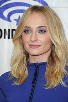 """Der """"Game of Thrones""""-Star Sophie Turner sieht demHollywood-Star zum Verwechseln ähnlich: Nicht nur Haare und Make-up sind gleich, auch Mimik und Gesichtszüge könnten auf eine potenzielle Verwandtschaft schließen."""