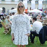 Sommerlich wird es bei Elisabeth von Thurn und Taxis in einem weiten Kleidchen mit freien Schultern.