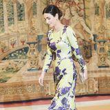 Alessandra de Osma weiß ganz genau, was zueinander passt. Zum Abendessen mit dem spanischen Königspaar schlüpft sie in ein florales Kleid, dessen Blumenprint perfekt auf ihre Pumps abgestimmt ist.