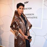 Die Karriere bei dem Modemagazin ist zwar nicht von langer Dauer, Deenas Geschmack kennt jedoch keine Grenzen. Da kann es auch gerne einmal ein Metallic-Mantel sein.