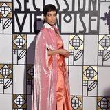 Deena Aljuhani Abdulaziz vereint Trends und Tradition und zeigt sich unter anderem in langen Kleidern aus angesagten Stoffen.