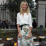 Im Sommer greift Maria-Olympia zu einem luftigen Midi-Rock mit Print, den sie zu einer schlichten Bluse kombiniert.